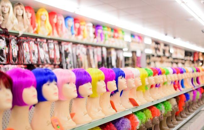 Un magasin de perruques.