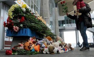 Un homme dépose des fleurs à l'aéroport Poulkovo de St-Pétersbourg le 1er novembre 2015 en hommage aux victimes du crash