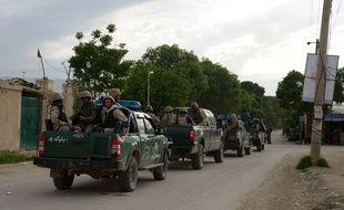 Les forces de sécurité afghanes se rendaient sur le site d'une attaque terroriste dans la base militaire près de Mazar-è-Charif, le 21 avril 2017