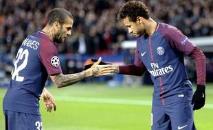 Neymar et Dani Alves célèbrent un but lors de la victoire du PSG face au Celtic Glasgow en Ligue des champions, le 22 novembre 2017.