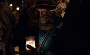 Une Canadienne se recueille aux abords devant le centre culturel islamique de la ville de Quebec, au lendemain de la tuerie qui a fait six morts le 29 janvier 2017.