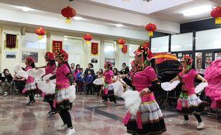 Au local des Chinois résidents en France, on prépare le défilé du Nouvel an chinois, sans guère se préoccuper de l'épidémie de coronavirus.