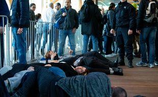 Des militants d'Extinction Rebellion font un « die in » à l'entrée du Salon de l'auto à Bruxelles (Belgique), samedi 18 janvier 2020.
