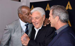 Le réalisateur Richard Donner entouré des acteurs de «L'arme fatale» Danny Glover (gauche) et Mel Gibson (droite)