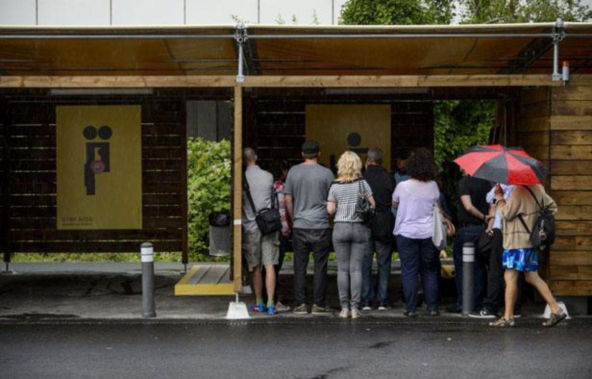 Les habitants de Zurich ont pu visiter les «sexboxes» installées dans leur ville et qui seront opérationnelles dès le lundi 26 août 2013. – FABRICE COFFRINI/AFP