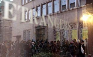 """Le gouvernement a envoyé jeudi aux préfets le nouveau texte qui assouplit pour les diplômés étrangers voulant travailler en France la très critiquée circulaire Guéant du 31 mai 2011, mais les étudiants n'y voient qu'un """"premier pas"""" et réclament des """"retombées pratiques""""."""