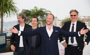 """Benoït Poelvoorde (au centre), entouré de Gustave Kervern, Albert Dupontel et Benoît Delépine lors de la présentation du film """"Le Grand Soir"""" au Festival de Cannes, le 22 mai 2012."""