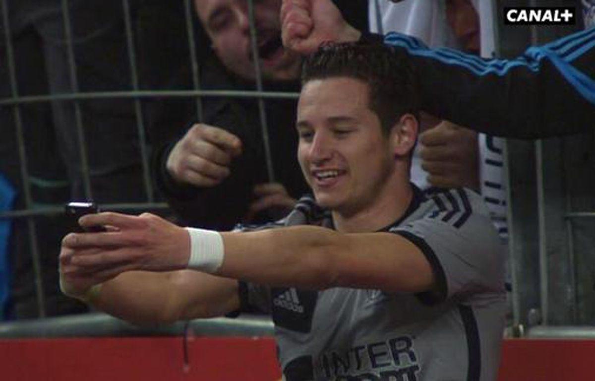 L'attaquant de l'OM Florian Thauvin prend un selfie lors du match contre Lens, le 22 mars 2015 au Stade de France. – DR