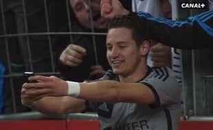 L'attaquant de l'OM Florian Thauvin prend un selfie lors du match contre Lens, le 22 mars 2015 au Stade de France.