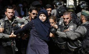 Une femme palestinienne arrêtée par les forces de l'ordre israéliennes, le 26 juillet 2015, à Jérusalem.