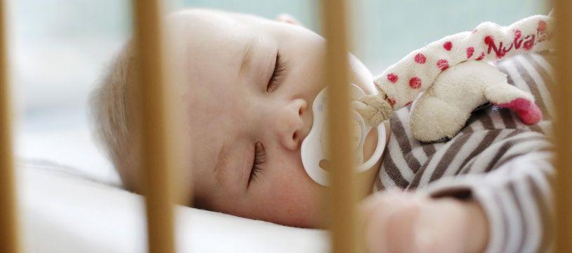 Un bébé dans son berceau (Illustration).