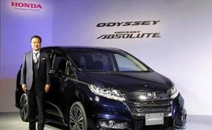 Le président de Honda Motors Takanobu Ito lors d'une conférence de presse à Tokyo le 31 octobre 2013 pour la présentation d'un nouveau véhicule de la gamme Odyssey