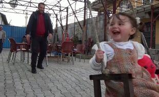 La petite Salwa et son père à Hatay, en Turquie, le 26 février.