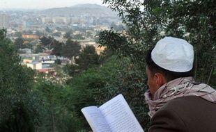 Les talibans ont exigé la rédaction d'une nouvelle Constitution conforme aux principes de l'islam pour participer au processus de paix en Afghanistan, selon une déclaration obtenue samedi par l'AFP au terme d'une réunion avec les autres composantes politiques afghanes près de Paris.