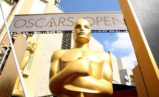 Une statue devant le lieu de remise des Oscars en 2015.