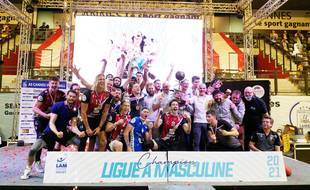Les joueurs de l'AS Cannes fêtent leur dixième titre de champions de France, le 25 avril 2021 au palais des victoires à Cannes