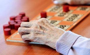 Une personne âgée joue au bingo dans un EHPAD (établissement d'hébergement pour personnes âgées dépendantes) le 4 décembre 2013