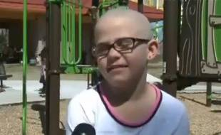 Une jeune fille de neuf ans virée de son école pour s'être rasé la tête en signe de solidarité à une amie malade