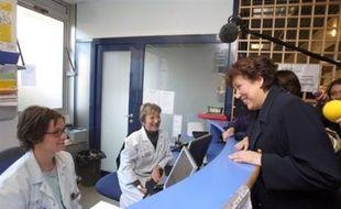 """Les représentants des grévistes ont jugé """"insuffisantes"""" des propositions faites lundi par la ministre de la Santé, Roselyne Bachelot, au cours d'une visite aux urgences de l'hôpital Saint-Antoine, à Paris."""