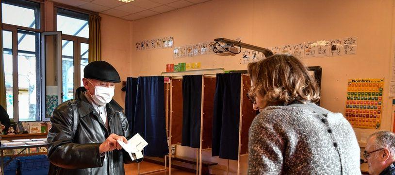 Un bureau de vote à Bordeaux lors du premier tour des élections municipales, le 15 mars 2020.