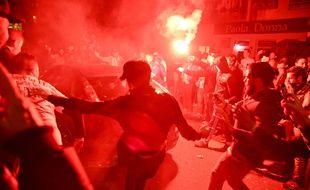 Des supporters de l'OM s'en prennent à une voiture immatriculée 75, avant le match OM-PSG.