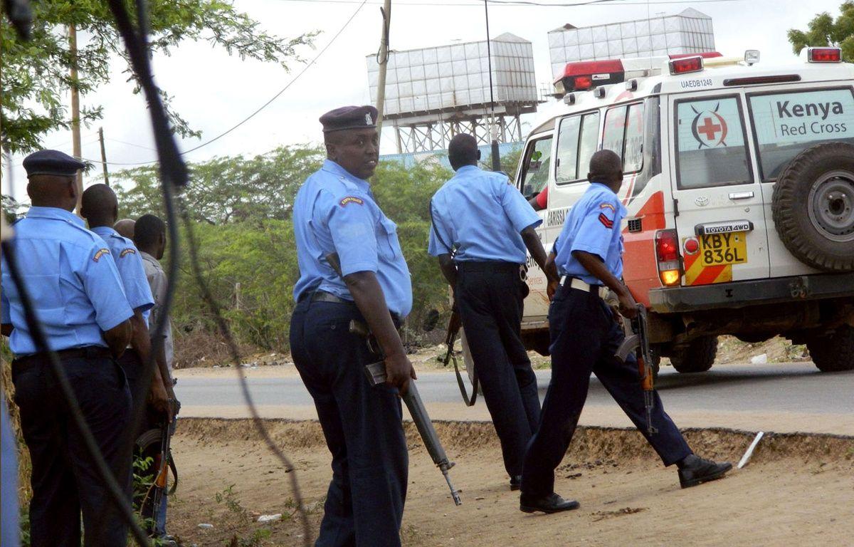 Des policiers devant l'université de Garissa, au Kenya, lors de l'attaque des shebab le 2 avril 2015. – AP/SIPA