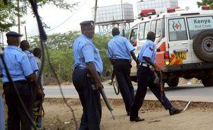 Des policiers devant l'université de Garissa, au Kenya, lors de l'attaque des shebab le 2 avril 2015.