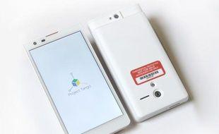 Un prototype de smartphone capable de modéliser son environnement en 3D, dévoilé par Google le 20 février dans le cadre de son Projet Tango.
