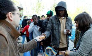 Distribution de nourriture à des réfugiés dans un camp de fortune le 27 mai 2016 à Paris