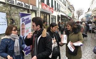Des militants communistes au marché de Saint-Denis.