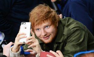 Le chanteur Ed Sheeran entouré de ses fans à New York