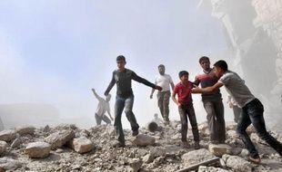 Des avions de combat ont bombardé intensément jeudi une ville clé du nord syrien aux mains des rebelles, tuant 44 personnes dont plusieurs enfants, dernier épisode en date de la guerre qui ensanglante la Syrie depuis plus d'un an et demi.