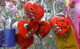 Cadenas d'amour sur le pont des arts à Paris