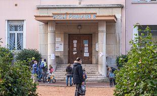 Un enseignant devant une école à Lyon en novembre.