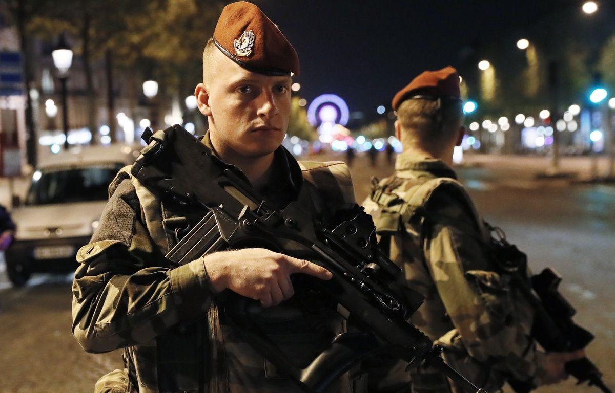 Des militaires français sécurisent le lieu de l'attaque terroriste à Paris, le 20 avril 2017.  – THOMAS SAMSON / AFP