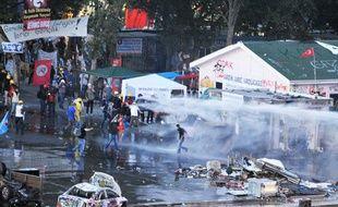 La police évacue le parc Gezi, le 15 juin 2013 à Istanbul.