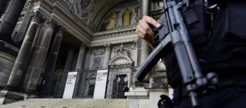 La police allemande a neutralisé un homme armé d'un couteau dans la grande cathédrale de Berlin.