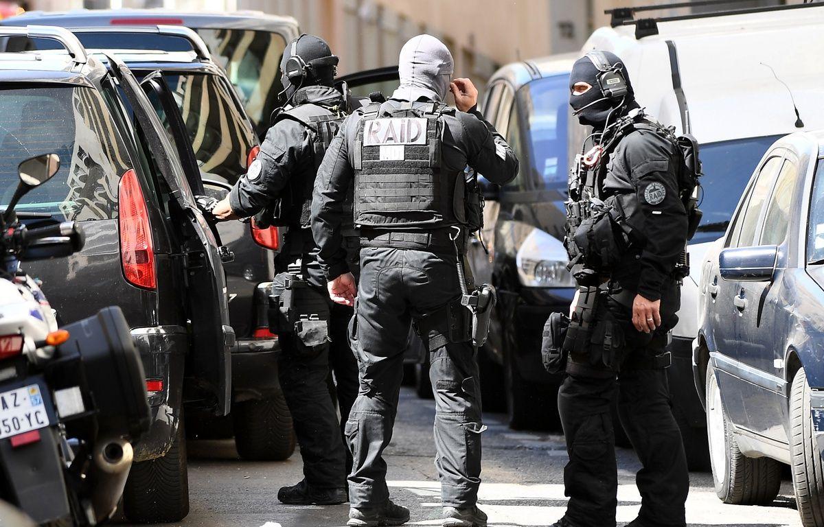 Membres de la police du RAID, après la perquisition de l'appartement occupé par les deux suspects de l'attentat déjoué, à Marseille, le 18 avril 2017.  – BORIS HORVAT / AFP