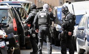 Membres de la police du RAID, après la perquisition de l'appartement occupé par les deux suspects de l'attentat déjoué, à Marseille, le 18 avril 2017.
