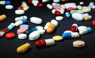 Divers médicaments sous forme de cachets et pilules (illustration).