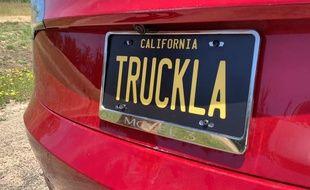 La fausse plaque d'immatriculation du vrai pick-up Tesla construit par Simone Giertz à partir d'une Model 3.
