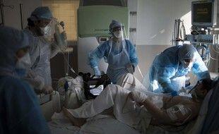 Un patient pris en charge dans une unité Covid d'un hôpital de Marseille.