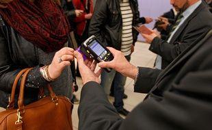 Lille, le 11 avril 2014. Des agents Transpole controlent les titres de transports des passagers dans la station de metro Lille-Flandres.