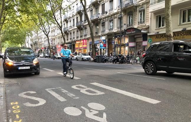 A l'image du cours Gambetta ici, les automobilistes lyonnais se garent très souvent en double file, ce qui agace de nombreux cyclistes.