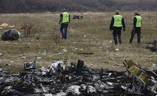Recherches près du site du crash du MH17 en Ukraine le 11 novembre 2014.