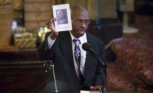 Ken Palmer, beau-père d'Akai Gurley, jeune Noir tué par la police, brandit le portrait de son beau-fils