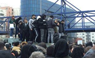 Durant une heure et demi, divers intervenants se sont relayés au micro pour interpeller la foule réunie devant le tribunal de Bobigny, samedi 11 février.