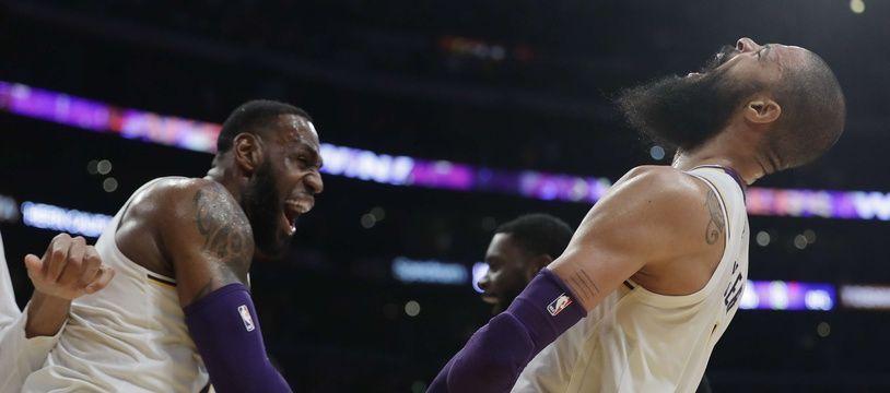 Tyson Chandler félicité par Lebron James après son contre victorieux à la dernière seconde avec les Lakers.