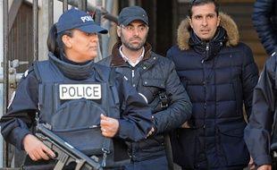Benjamin Amsellem, l'enseignant juif victime d'une agression à la machette, et son avocat Fabrice Labi, à leur sortie le 12 janvier 2016 du commissariat principal à Marseille
