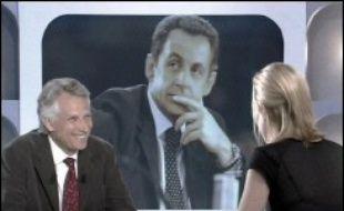Dominique de Villepin a annoncé dimanche sur Canal+ qu'il ne participerait pas au vote interne à l'UMP pour le congrès du 14 janvier qui devrait introniser Nicolas Sarkozy, le président Jacques Chirac n'ayant pas encore annoncé s'il se représenterait ou pas.